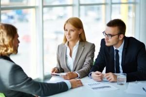 ejecutivos-hablando-con-un-candidato_1098-1374